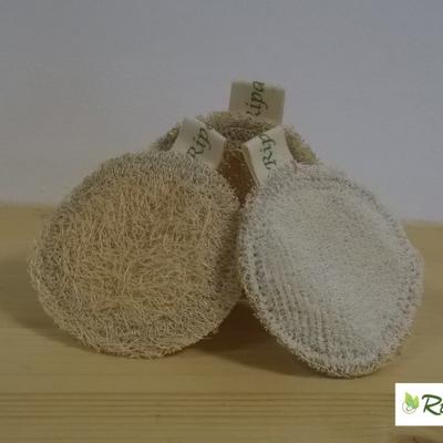 Questo dischetto viso è creato a mano, con un lato la Zucca Luffa Cylindrica dall'altro morbido cotone naturale non trattato e cucito con cotone naturale al 100%; tutto biodegradabile.