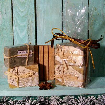 2 saponi artigianali alla lavanda e calendula, con portasapone in legno