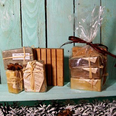 3 saponi artigianali alla lavanda, canapa e calendula, con portasapone in legno