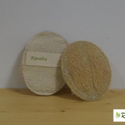 Il dischetto corpo OVALEè creato a mano, da un lato fibra di Zucca Luffa Cylindrica, dall'altro spugna in morbido cotone naturale, il dischetto corpo è completato da una fascia in cotone naturale che ne agevola l'utilizzo; il tutto è biodegradabile.