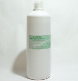 Questo shampoo fortifica i capelli e lenisce il cuoio capelluto.