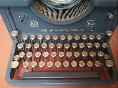 Macchina per scrivere Invicta 60