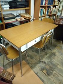Tavolo con madia e tre sedie
